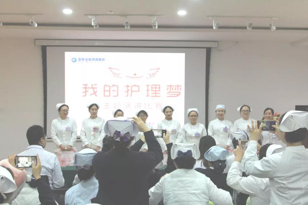 客服部主任赵萍萍为大赛优秀奖获得者颁奖