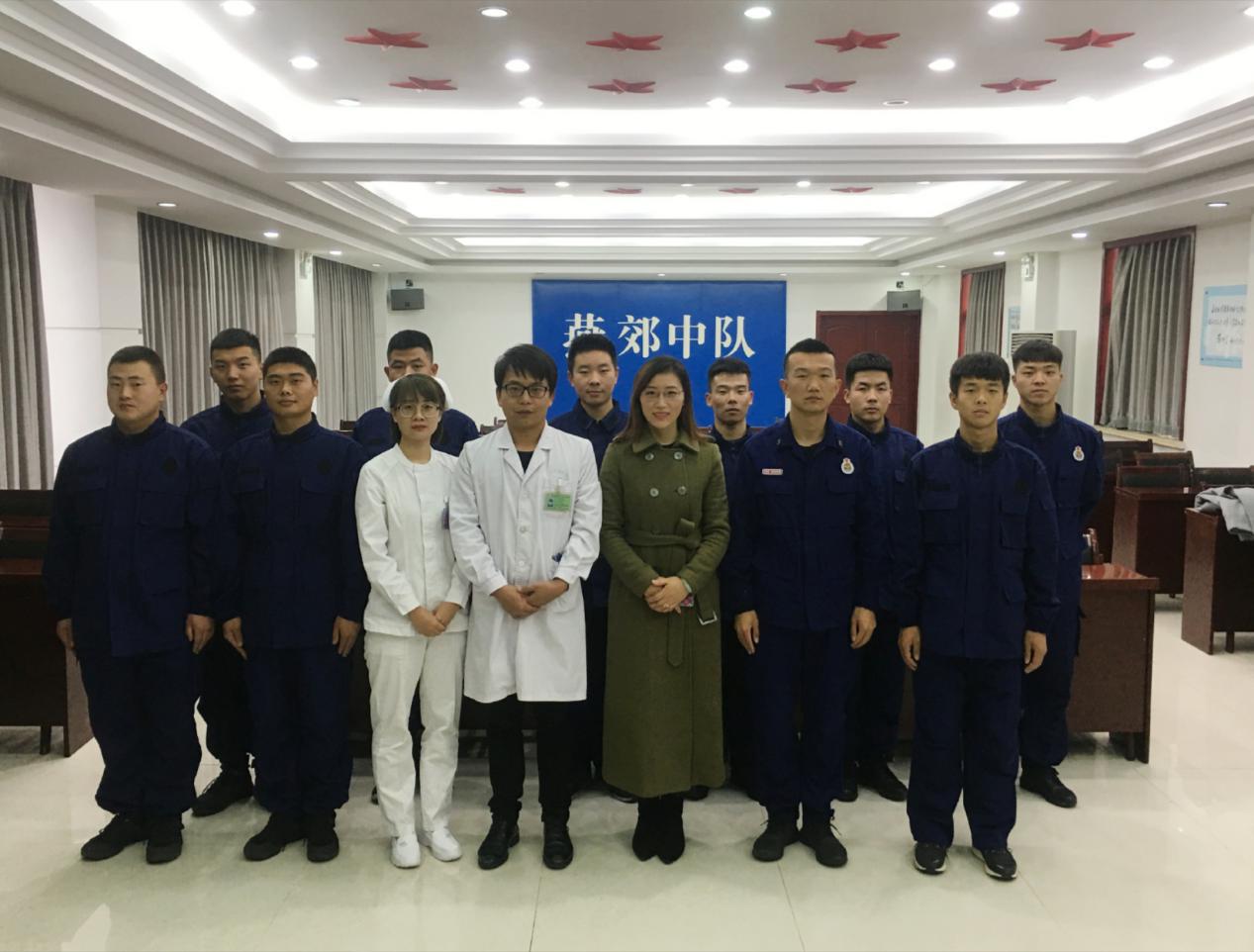 医院办公室主任庞艾娜、医护急救小组贾海平宋佳与三河消防大队指导员合影