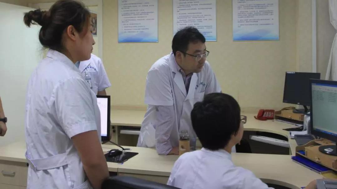 医院服务与保障组专家陈晓满检查医院信息建设工作开展情况