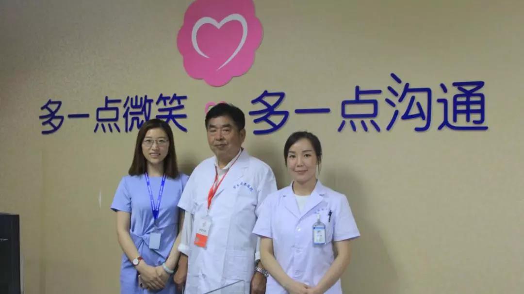 医院服务与保障组组长赵锡银考察医院客服部工作情况