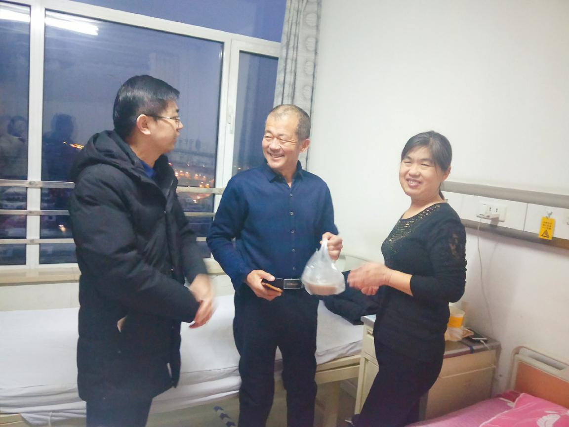 卢志远主任为住院患者送腊八粥并表达节日祝愿