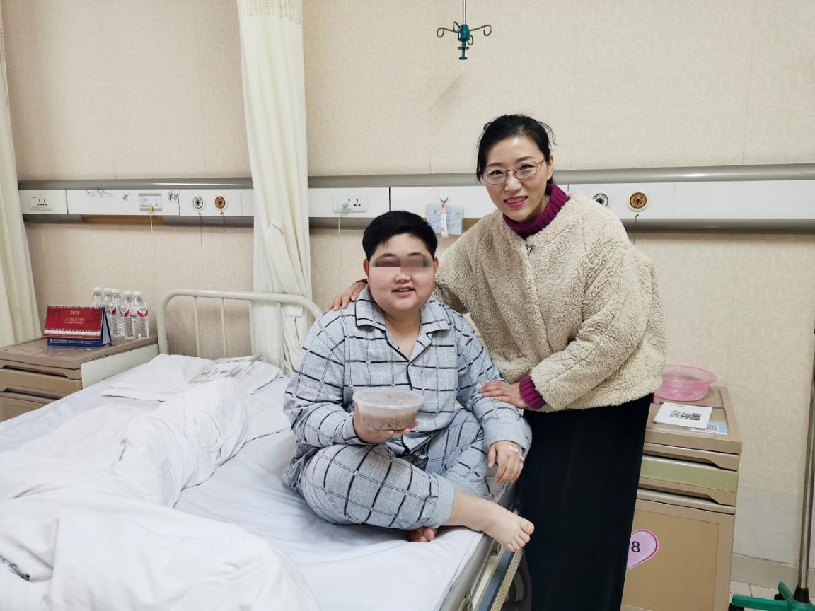 医院办公室庞艾娜主任为住院患者送腊八粥