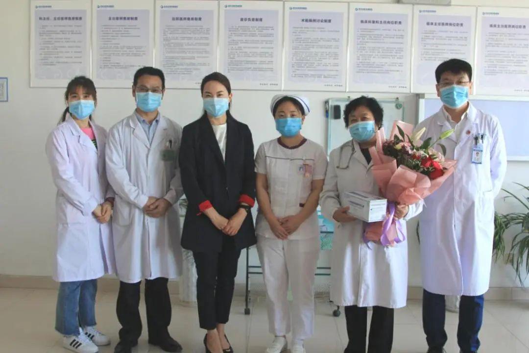 肾三病区专家李静华手捧鲜花欢度母亲节